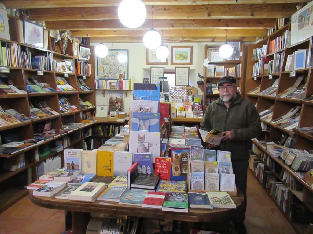 Jesús Martínez regenta Alcaraván, la librería más antigua de Urueña