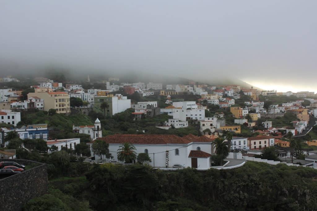 Valverde (capital de El Hierro) en la niebla