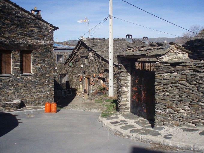 Fuente: ##http://commons.wikimedia.org/wiki/File:Arquitectura_negra_de_Majaelrayo02.JPG##Miguel303xm##