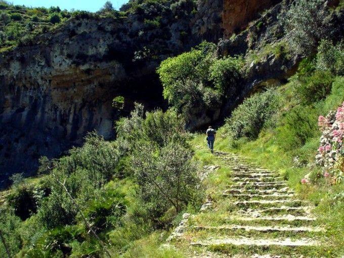 Subiendo parte de los 6.500 escalones del Barranc. Fuente: ##http://www.escapadarural.com/casa-rural/alicante/camping----bungalows-vall-de-laguar/fotos#p=0000000179338##Camping Bungalows Vall de Laguar##