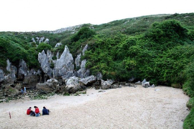 La playa de Gulpiyuri seca.