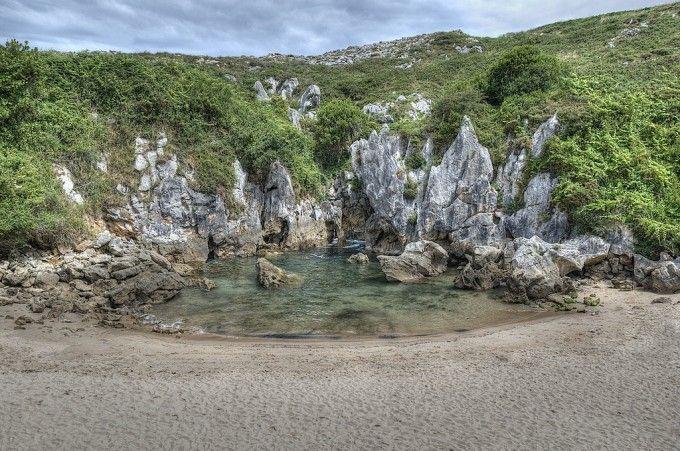 Playa de Gulpiyuri en Asturias