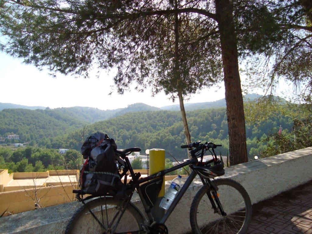 La bici, con el equipaje, tras visitar la Cova de Can Marçà