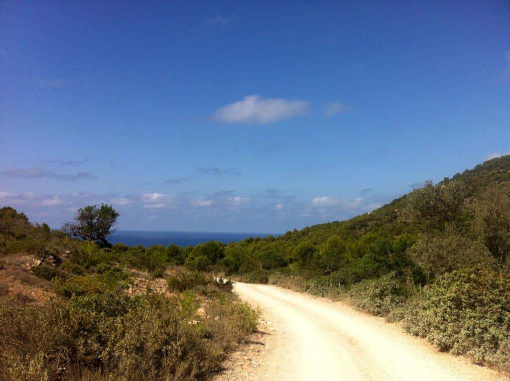 El sendero y el mar, siempre en el horizonte.