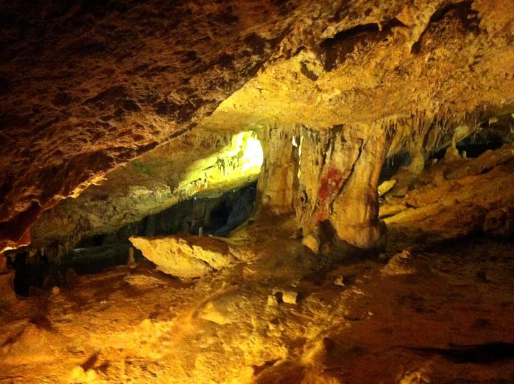 Detalle del interior de la Cova de Can Marcà