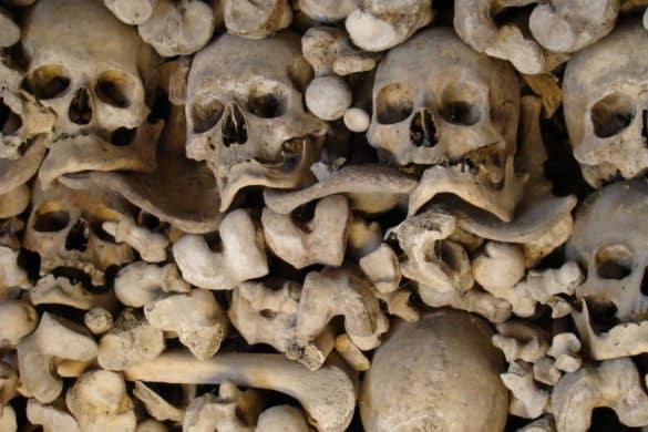 Una capilla decorada con cráneos