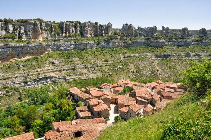 http://www.shutterstock.com/es/pic-115855321/stock-photo-orbaneja-del-castillo-town-in-burgos-spain.html?src=HDLIlQt1tR3-0gQ8fL6how-1-10