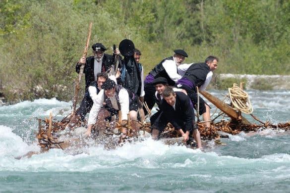 Nabateros del Sobrarbe cabalgan sobre el río Cinca