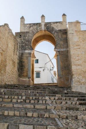Puerta al recinto amurallado. Fuente: Turismo Andaluz