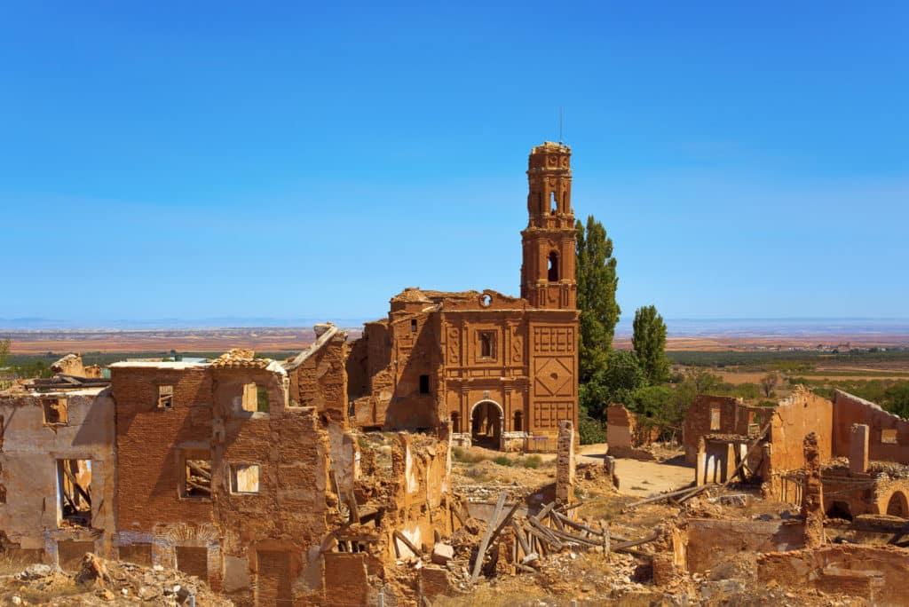 Una vista de los restos del casco antiguo de Belchite, España, destruidos durante la Guerra Civil española y abandonados desde entonces, destacando la iglesia de San Martín de Tours