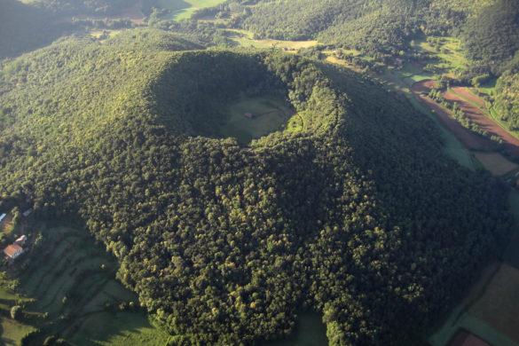 Una ermita en el cráter de un volcán