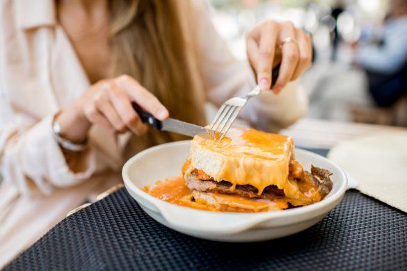 La historia que se esconde detrás de la Francesinha, el sándwich de Oporto