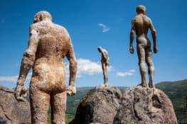 Los hombres que miraban fijamente el Valle del Jerte