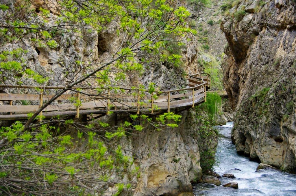 Passerelle en bois accrochée à la montagne