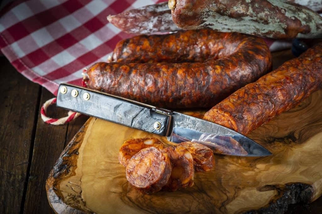 Embutido ibérico de carne de cerdo chorizo, salami, salchichón, morcilla,  lomo, lengua con navaja artesanal.