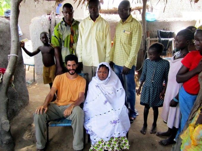 Con la novia de una boda a la que Antonio fue invitado en el Mali rural. Fuente: Antonio Aguilar