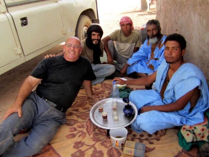 Tomando el te en la RASD, un país invisible, con sus nativos y un trabajador de Naciones Unidas. Fuente: Antonio Aguilar