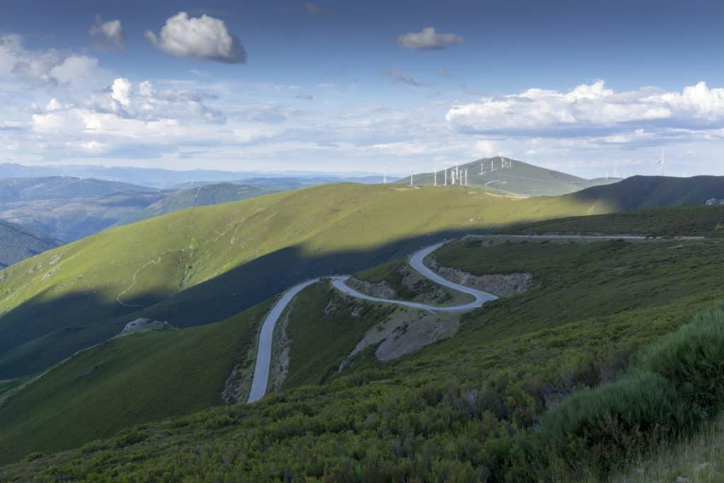 Valle del Silencio. El Bierzo. León. Carretera de curvas de montaña.