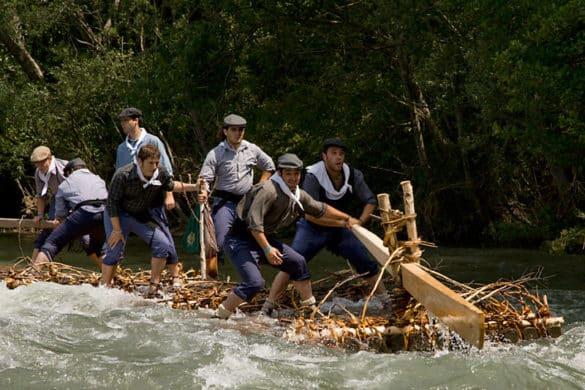 Cabalgando el río sobre troncos de madera