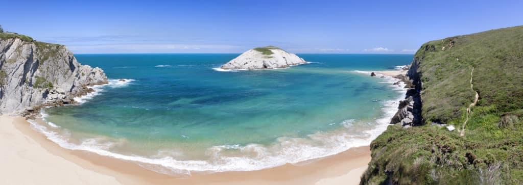 Playa de Covachos e isla de Castro