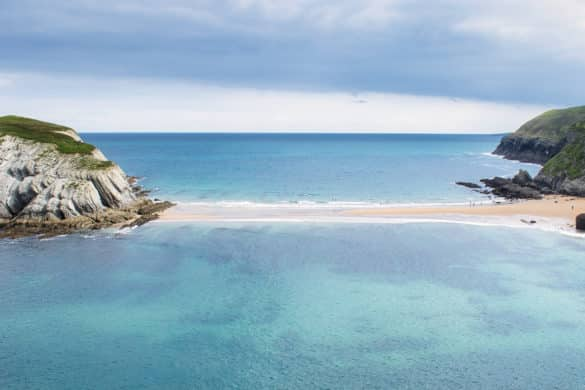 Playa de Covachos y el tómbolo que llega hasta una isla desierta en Cantabria