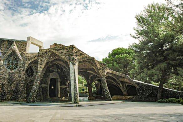 La cripta de Gaudí que inspiró a la Sagrada Familia
