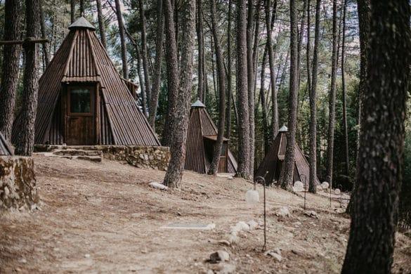 Tipis en el bosque inspirados en las tiendas de los nativos americanos